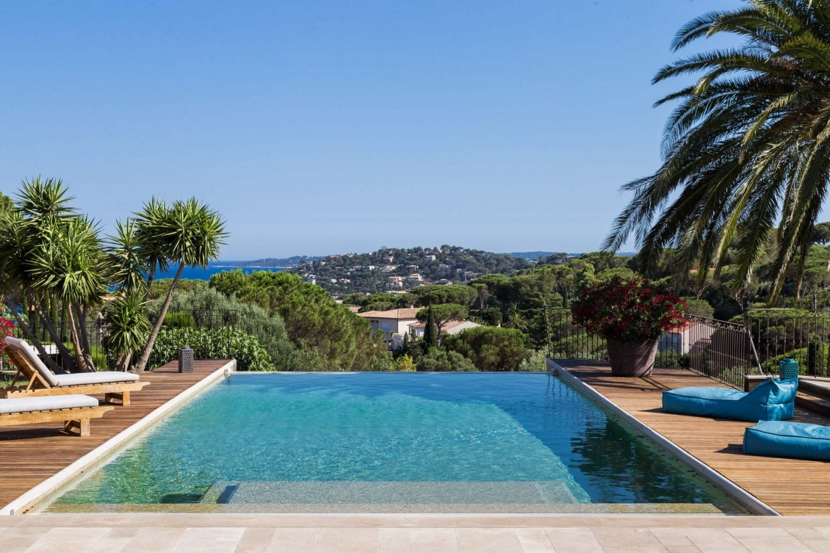 Luxury villa, sleeps 20, private pool with pool house, walking distance of St. Nartelle beach, child friendly