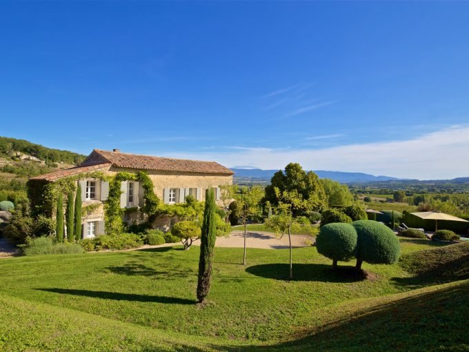 Luxury villa in Luberon, sleeps 9, walk to local village, private pool, tennis court