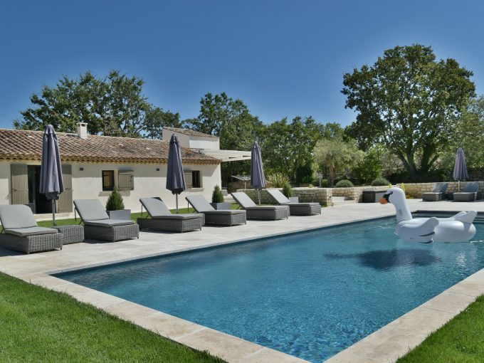 Modern single storey luxury villa, sleeps 8, private pool, gym, air conditioning, boules court, luberon.