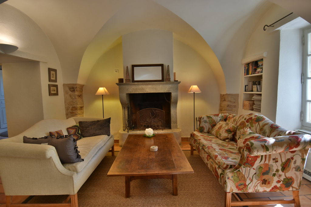 Village house, near shops and restaurant, sleeps 6, private pool, part air conditioned.