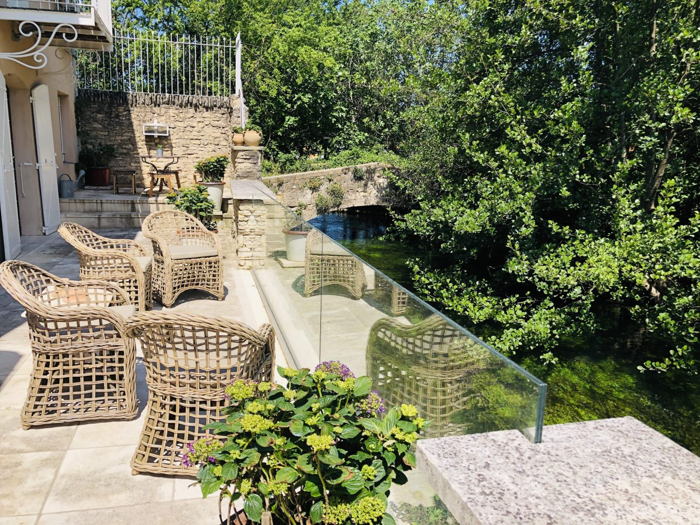 Luxury villa, Isle sur Sorgue, river views, pool, tennis court, boules, sauna, jacuzzi, gym, sleeps 8
