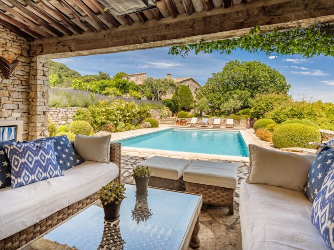 Luxury Provencal Mas sleeping 8, private pool and pool house, tennis court, ping pong, maid service